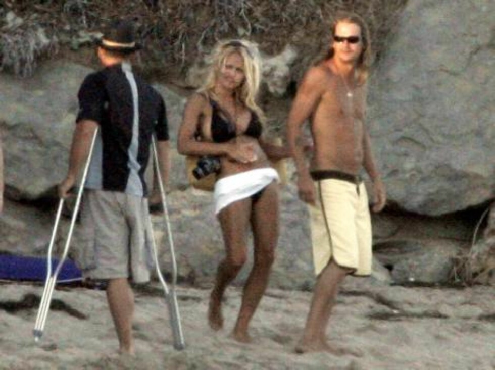 EXCLUSIVE. A very 'in love' Pamela Anderson and Kid Rock going at a party at Laird Hamilton's house on the beach in Malibu on September 2, 2006. Photo: VIPix/ABACAPRESS  Code:4001/104589 COPYRIGHT STELLA PICTURES Foto: Stella Pictures