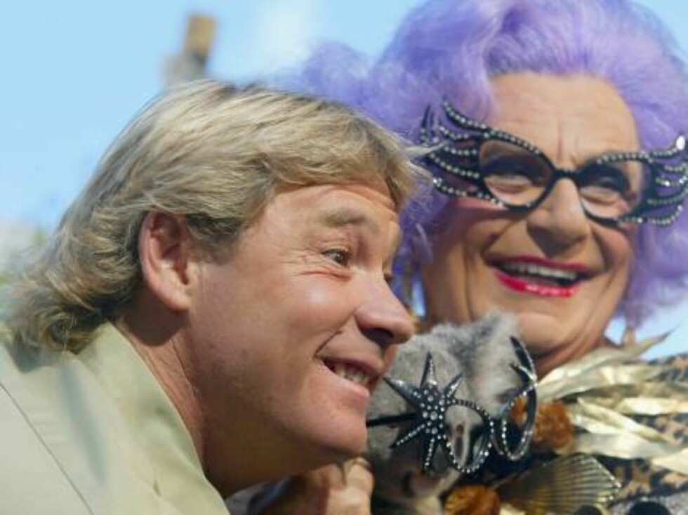 BEERWAH, AUSTRALIA - SEPTEMBER 4: FILE PHOTO JUNE 13, 2003:  (L-R) Crocodile Hunter Steve Irwin and Dame Edna Everage perform during a live television broadcast on the US Discovery Channel at Australia Zoo in this June 13, 2003 file photo at Beerwah, Aust Foto: All Over Press