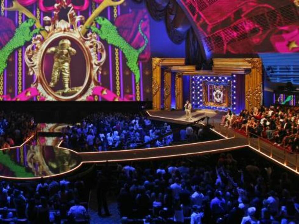 Host Jack Black, right, announces during the 2006 MTV Video Music Awards in New York, on Thursday, Aug. 31, 2006.  (AP Photo/Jason DeCrow) Foto: AP
