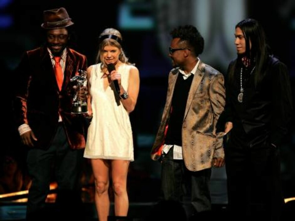 NEW YORK - AUGUST 31:  Singers Fergie (C) accepts Best Hip Hop with will.i.am, apl.de.ap and Taboo onstage at the 2006 MTV Video Music Awards at Radio City Music Hall August 31, 2006 in New York City.  (Photo by Scott Gries/Getty Images) *** Local Caption Foto: All Over Press