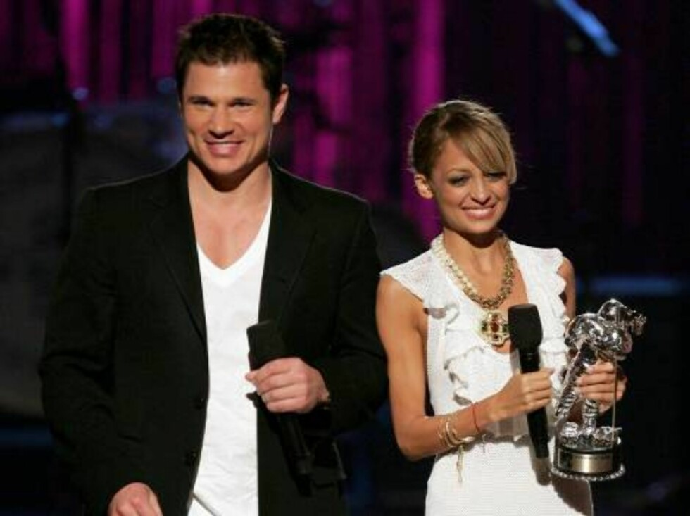 NEW YORK - AUGUST 31:  Singer Nick Lachey and socialite Nicole Richie present Best Pop Video onstage at the 2006 MTV Video Music Awards at Radio City Music Hall August 31, 2006 in New York City.  (Photo by Scott Gries/Getty Images) *** Local Caption *** N Foto: All Over Press