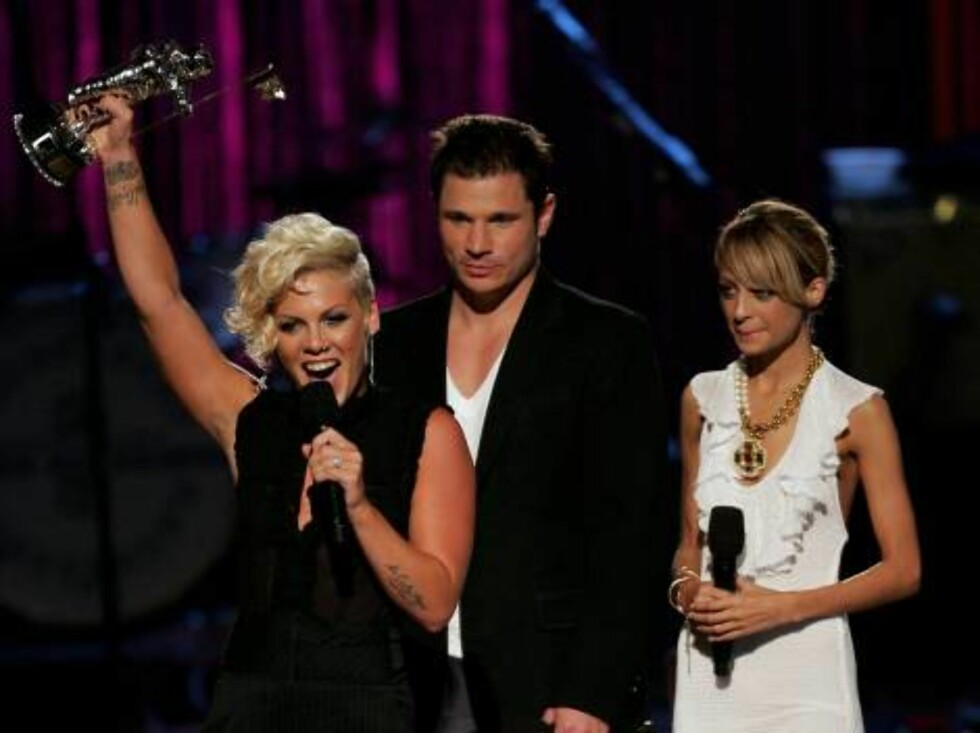 NEW YORK - AUGUST 31:  Singer Pink accepts the award for Best Pop Video onstage from presenters Nick Lachey and Nicole Richie at the 2006 MTV Video Music Awards at Radio City Music Hall August 31, 2006 in New York City.  (Photo by Scott Gries/Getty Images Foto: All Over Press