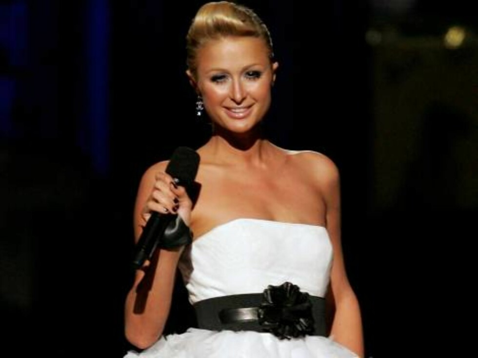 NEW YORK - AUGUST 31:  Socialite Paris Hilton speaks  onstage at the 2006 MTV Video Music Awards at Radio City Music Hall August 31, 2006 in New York City.  (Photo by Scott Gries/Getty Images) *** Local Caption *** Paris Hilton  * SPECIAL INSTRUCTIONS:  * Foto: All Over Press