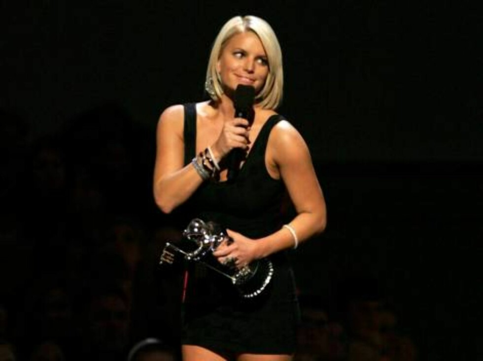 NEW YORK - AUGUST 31:  Singer Jessica Simpson presents an award onstage at the 2006 MTV Video Music Awards at Radio City Music Hall August 31, 2006 in New York City.  (Photo by Scott Gries/Getty Images) *** Local Caption *** Jessica Simpson  * SPECIAL INS Foto: All Over Press