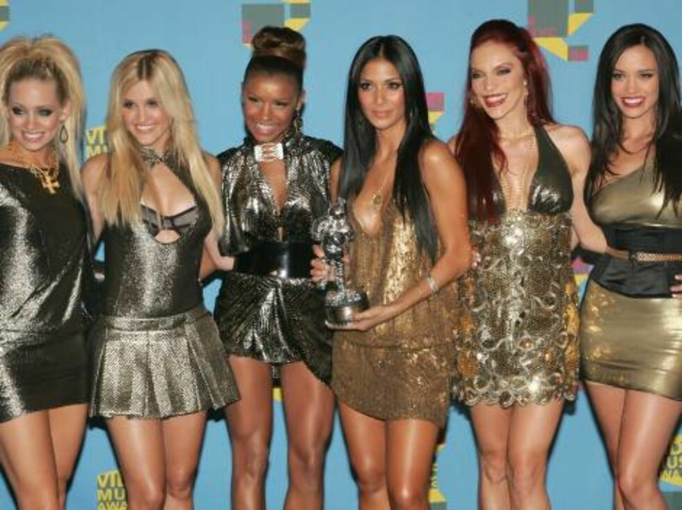 """NEW YORK - AUGUST 31:  The Pussycat Dolls pose in the press room with their award for """"Best Dance Video"""" during the 2006 MTV Video Music Awards at Radio City Music Hall August 31, 2006 in New York City.  (Photo by Peter Kramer/Getty Images)  * SPECIAL INS Foto: All Over Press"""