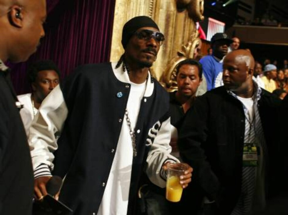 Snoop Dogg, center, heads to the stage during the 2006 MTV Video Music Awards in New York, on Thursday, Aug. 31, 2006.  (AP Photo/Jason DeCrow) Foto: AP