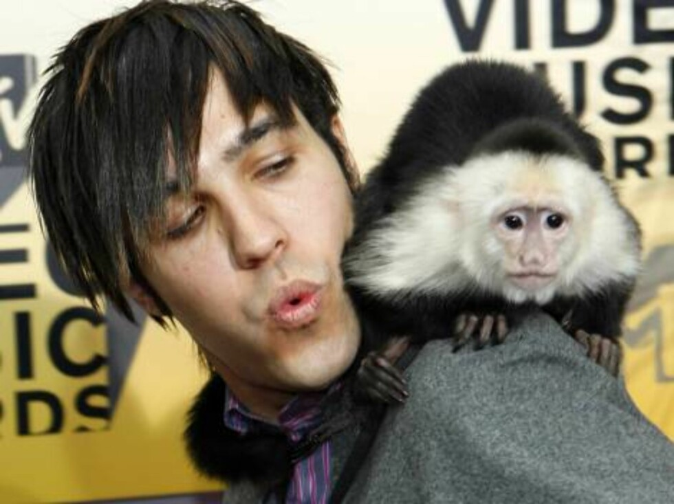 Peter Wentz, from the group Fall Out Boy, arrives with a monkey at the 2006 MTV Video Music Awards in New York, on Thursday, Aug. 31, 2006.  (AP Photo/Stuart Ramson) Foto: AP