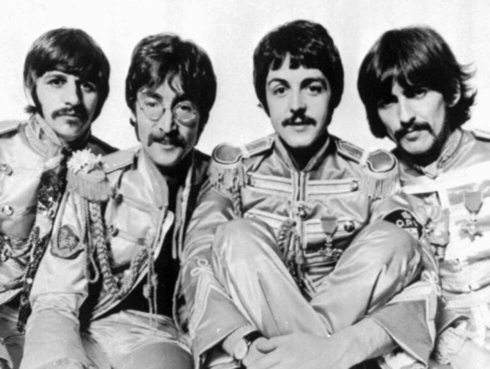 FIRE STORE: Beatles i de legendariske Sgt Pepper's-uniformene. F.v. Ringo Starr, John Lennon, Paul McCartney og George Harrison i et bilde fra 1967. Foto: AP/Scanpix