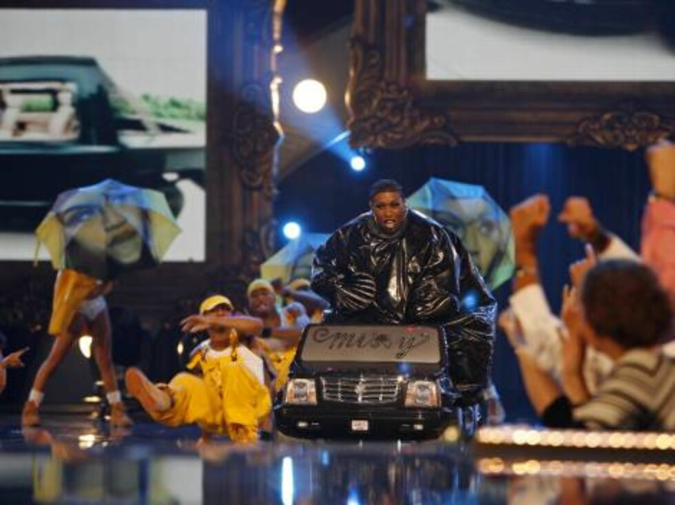 Missy Elliott, center, performs during the 2006 MTV Video Music Awards in New York, on Thursday, Aug. 31, 2006.  (AP Photo/Jason DeCrow) Foto: AP