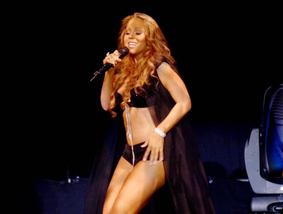 LETTKLEDD: Med nytt smykke og armbånd, følte Mariah seg på topp under forrige ukes konsert. Foto: AP/Scanpix