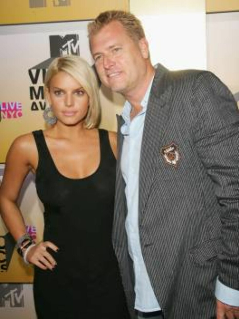 NEW YORK - AUGUST 31:  Singer Jessica Simpson and her father Joe Simpson attend the 2006 MTV Video Music Awards at Radio City Music Hall August 31, 2006 in New York City.  (Photo by Evan Agostini/Getty Images) *** Local Caption *** Jessica Simpson;Joe Sim Foto: All Over Press