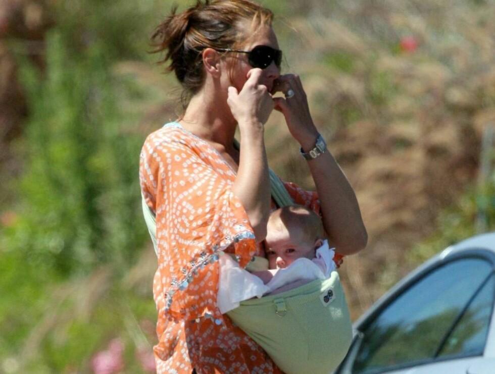 UATSKILLELIGE: Brooke stortrives som mamma, og klarer knapt å holde seg vekk fra sin storsjarmør. Men hvor er lua Brooke? Foto: All Over Press