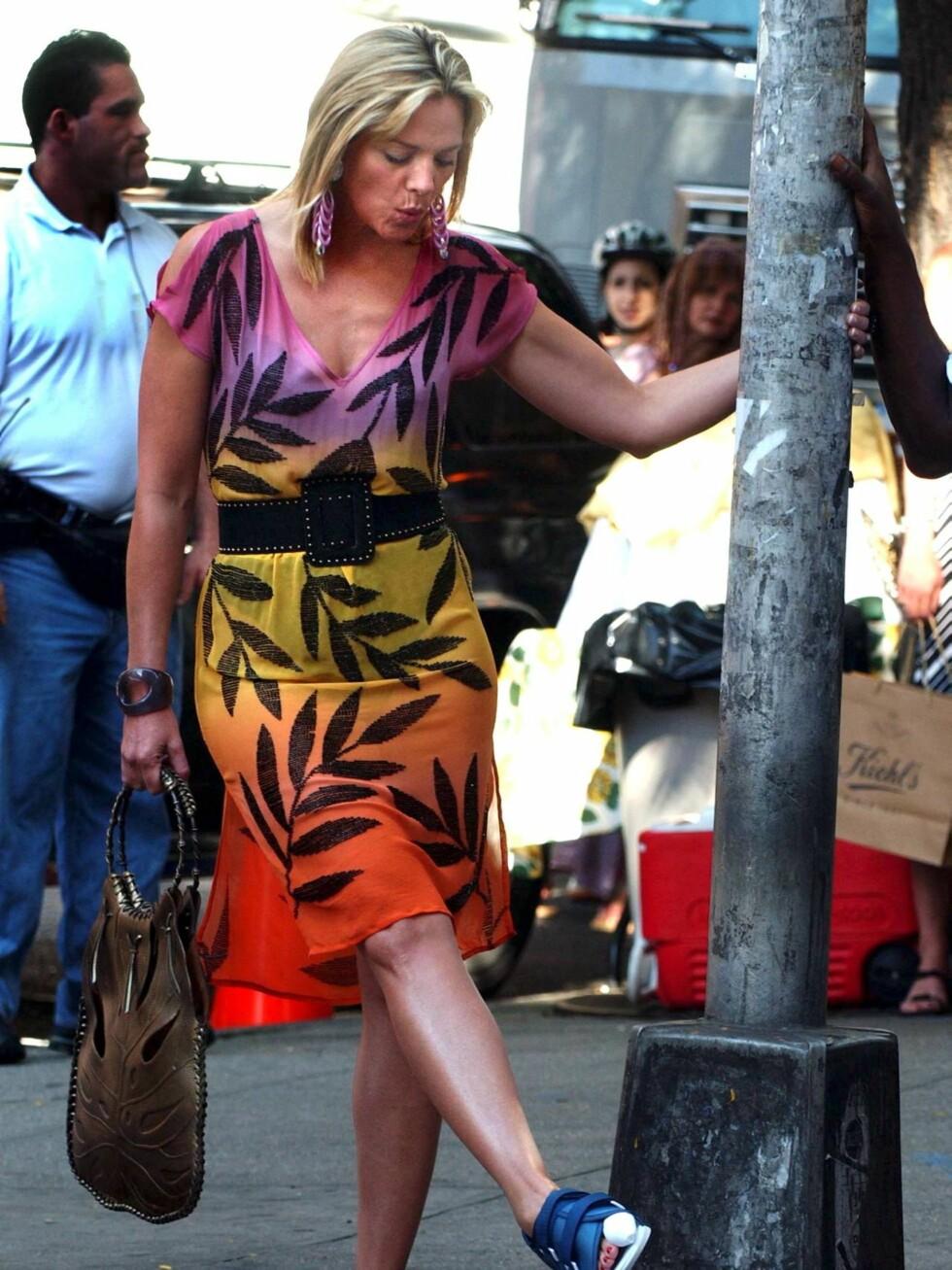 SPARK: Det er nok ikke så smart å sparke på lyktestolper med en brukket tå, Kim Cattrall. Foto: All Over Press
