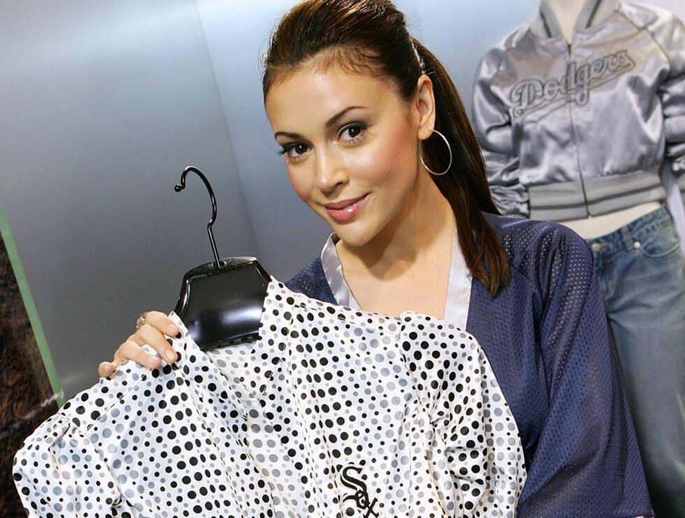 DESIGNER: Alyssa Milano er skråsikker på at klærne vil bli en hit blant baseballfansen. Foto: All Over Press
