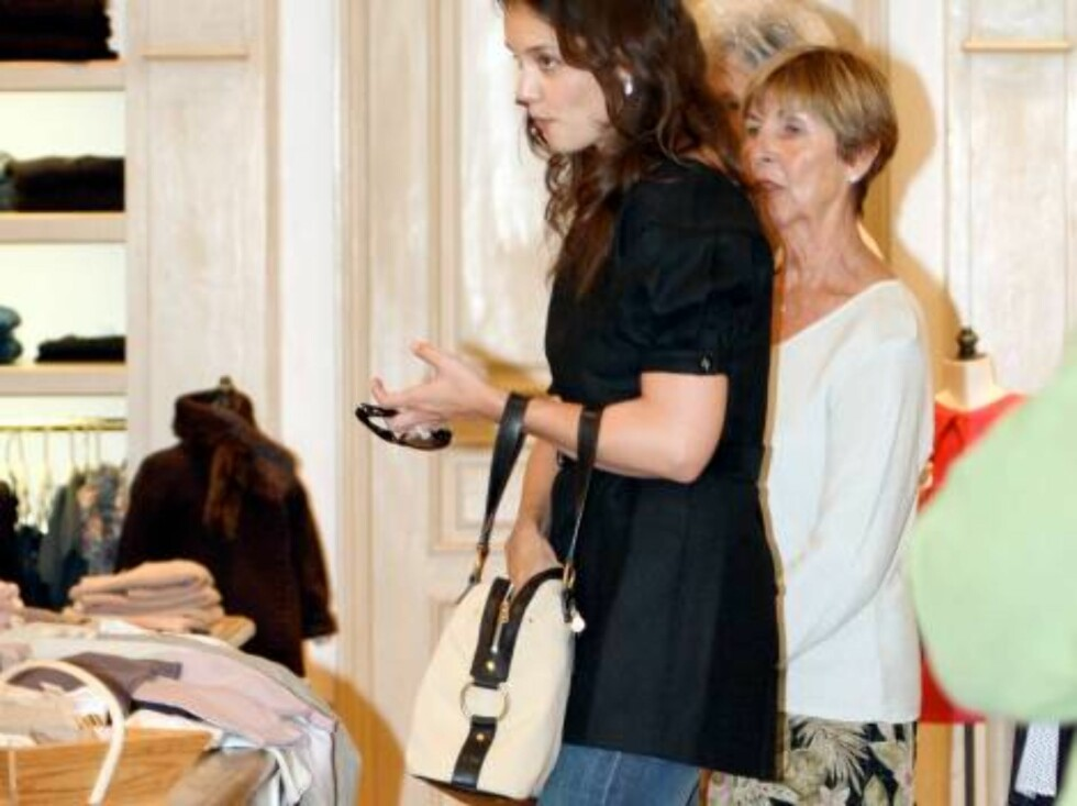 Katie Holmes and Tom Cruise's mom Mary Lee Mapother at the Ivy restaurant and then shopping at Bonpoint in Beverly Hills September 5, 2006X17agency exclusive Foto: All Over Press