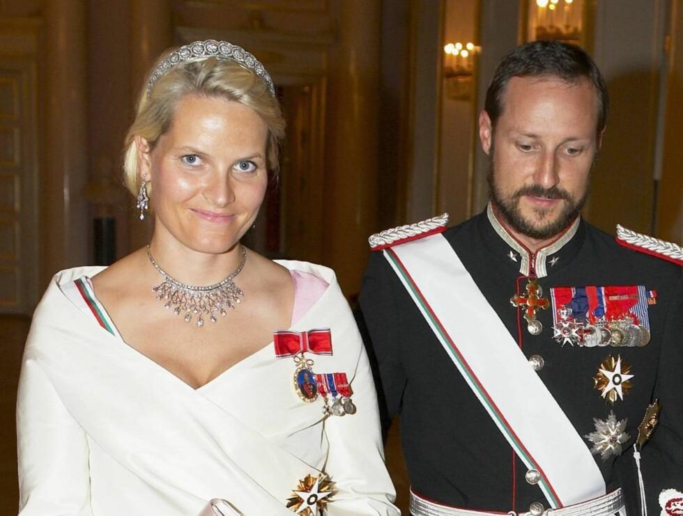 GLITRET I DIAMANTER: Kronprinsesse Mette-Marit ved ukens gallamiddag på Slottet - med ett diadem i håret og ett rundt halsen. Og ektemannen i armen... Foto: Ukepresse, All Over