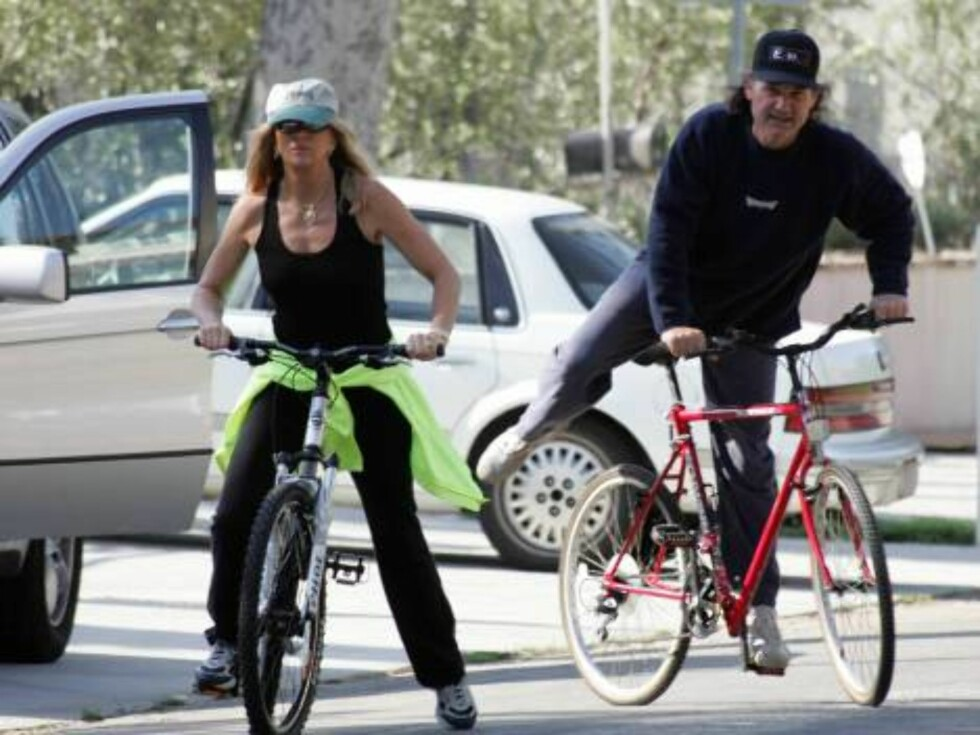 Code: X17XX8- Ginsburg-Spaly, BRENTWOOD, USA, 12.06.2004: Bike scare for ACTRESS Goldie Hawn who slipped from her bike as a door of a car opened suddenly in front of her. ACTOR Kurt Russell rushed to her help but no harm at all and everybody left smiling. Foto: All Over Press