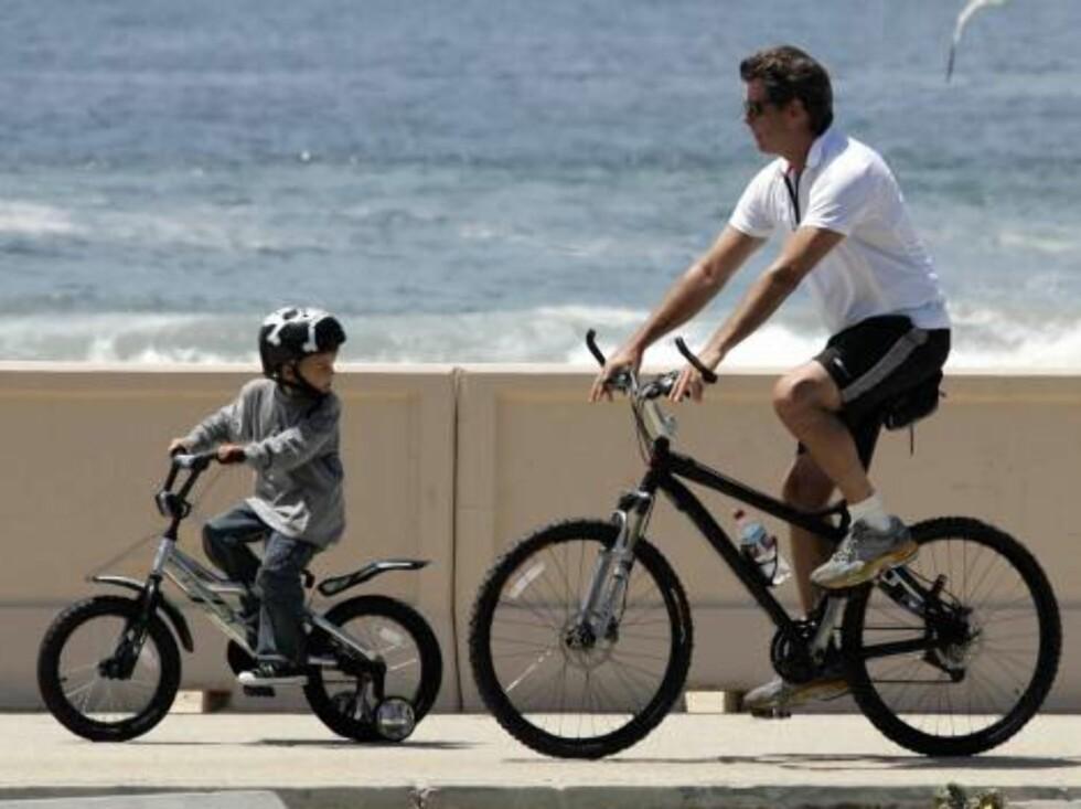 Code: X17XX8 - Cooper-Lazic, Malibu, USA,  30.04.2005: 007 ex agent riding his bike with his son Paris Beckett in Zuma Beach in Malibu, California.  All Over Press / X17 Agency / Cooper-Lazic        EXCLUSIVE / ALL OVER PRESS Foto: All Over Press