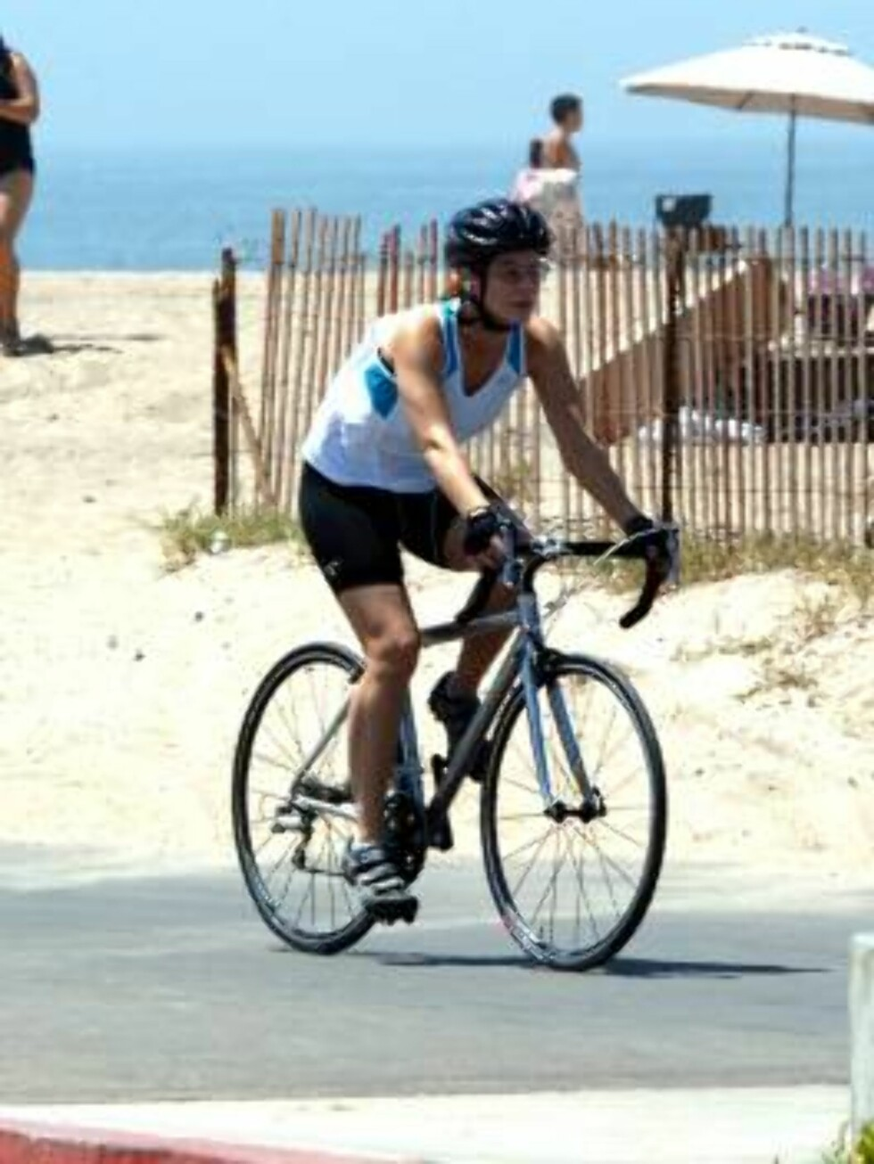 Sandra Bullock among rumors of pregnancy is riding her bike on the beach in Los Angeles. Sandra and Jesse James were spending a romantic week end at their beach house, enjoying an icecream and preparing a 4th of July party. July 2, 2006 X17agency EXCLUSIV Foto: All Over Press