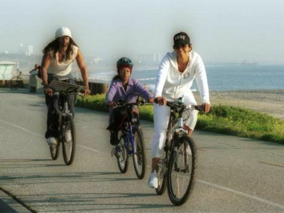 Halle  Berry w/Eric Benet and daughter on a bike ride in Malibu. Berry is to star in the next 007 plus she may get an Oscar soon.../X17 excl jan13 2002   / ALL OVER PRESS Foto: All Over Press