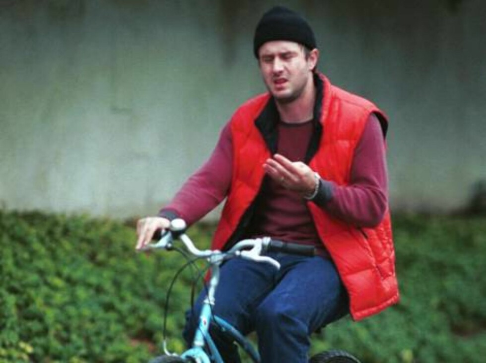 David Arquette on his bike tries to count w/his fingers! Hard to do. 31 january 2000. Exclusive X17/MM /ALL OVER PRESS  Foto: All Over Press