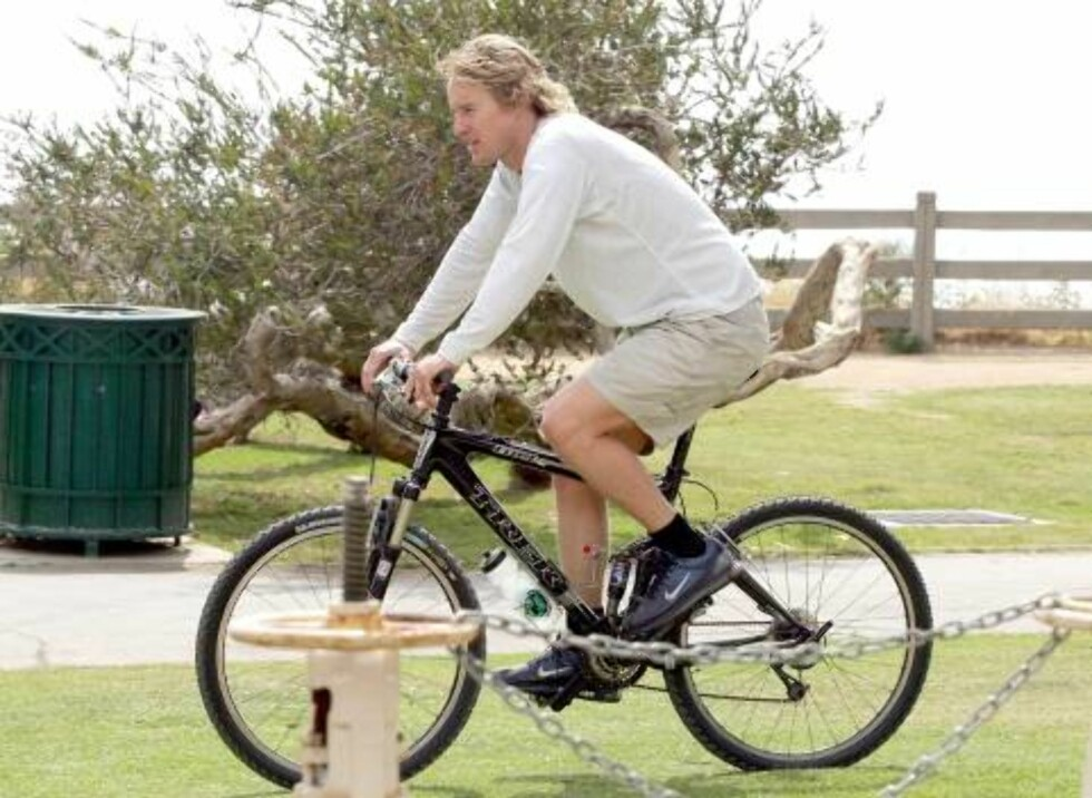 EXCLUSIVE. Actor Owen Wilson and a mysterious women bike riding near the beach in Santa Monica.   Photo: VIPix/ABACA Code: 4001  COPYRIGHT STELLA PICTURES Foto: Stella Pictures
