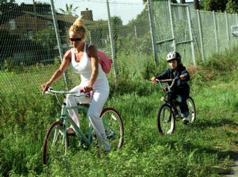 LOS ANGELES 010121 - Pamela Anderson spends a sunny winters day bike riding with her sons in Malibu.    PHOTO. Fame Pictures Code: 4002  COPYRIGHT STELLA PICTURES Foto: Stella Pictures
