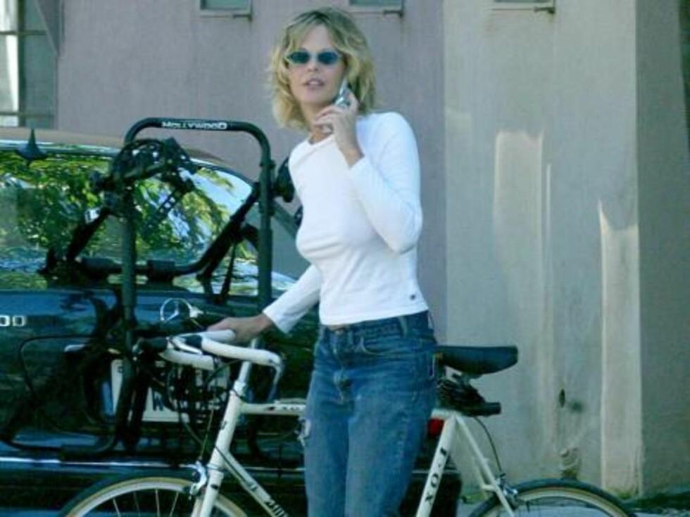 Meg Ryan kjører kombo med sykkel og mobil. Foto: Stella Pictures