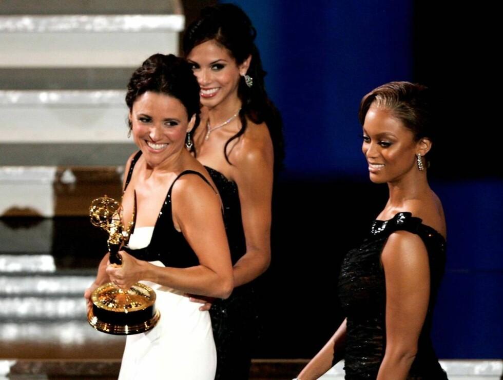 """FORNØYD: Julia Louis-Dreyfus strålte etter å ha mottatt prisen fra """"Top Model USA""""s Tyra Banks. Foto: All Over Press"""