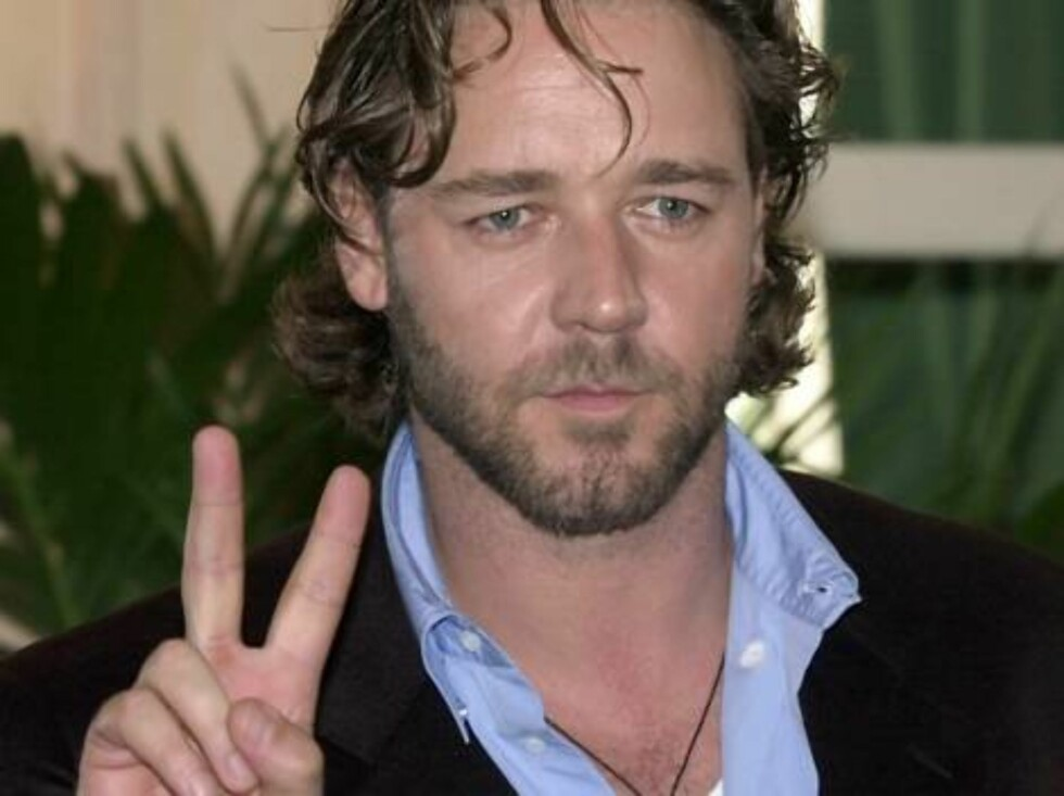 """Movie star Russell Crowe shows the V-sign upon arrival in Rome's Eden Hotel, Thursday, Feb. 15, 2001. Crowe has been nomintated for the Oscar's Best Actor prize for his performance in """"Gladiator"""". (AP Photo/Plinio Lepri) Foto: AP/Scanpix"""