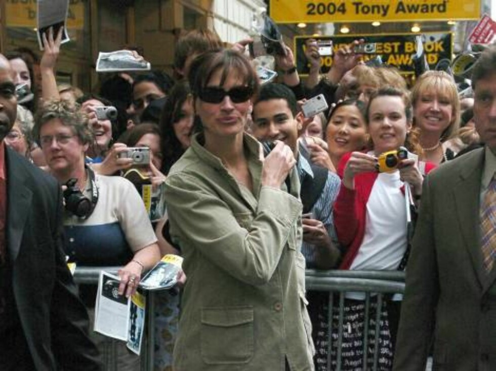 New York, NY 2006-04-15  Julia Roberts  The stars of 3 Days of Rain leaving the Jacobs Theatre   Jacobs Theatre  Photo: Ali Goldstein/jpistudios  Code:4036 COPYRIGHT STELLA PICTURES   Foto: Stella Pictures