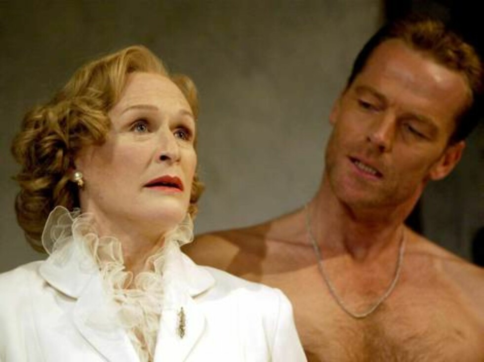 Mandatory Credit: Photo By ALASTAIR MUIR/REX FEATURES GLENN CLOSE AND IAIN GLEN 'A STREETCAR NAMED DESIRE' AT THE LYTTLETON THEATRE, LONDON, BRITAIN - 10 OCT 2002 --GLENN CLOSE ON THE LONDON STAGE -- Glenn Close is the latest Hollywood A-list celebrit Foto: All Over Press