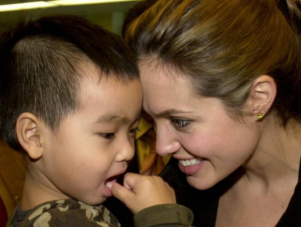 KJÆRLIG: Her er Angelina sammen med lille Maddox. Foto: AP/Scanpix