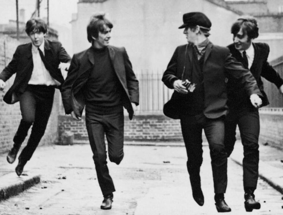 """RUSA PÅ LIVET?: The Beatles løper nedover gaten i filmen """"A Hard Day's Night"""" i 1964. Året etter fikk de LSD i kaffen - av tannlegen! Foto: All Over Press"""