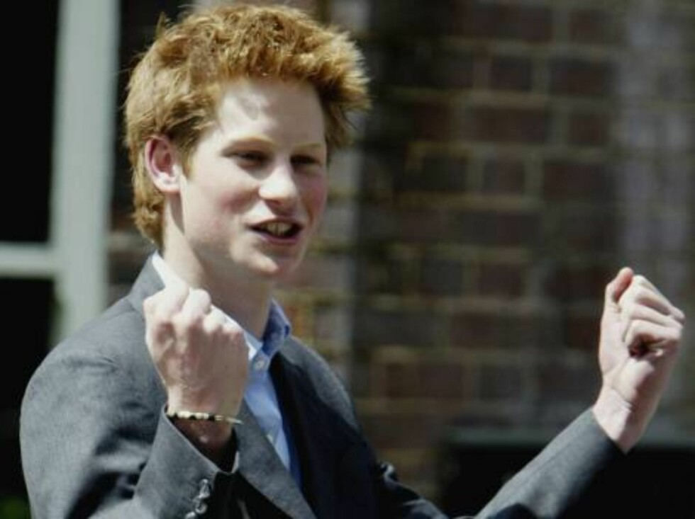 EATON, ENGLAND - JUNE 12:  Prince Harry clenches his fists as he celebrates leaving Eaton College June 12, 2003 in Eaton, England. Prince Harry is widely rumoured to be taking a gap year, possibly engaging in voluntary work, after which he is reportedly c Foto: All Over Press