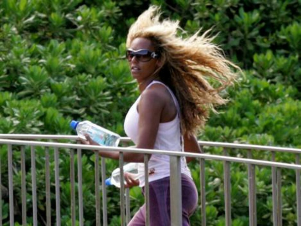 Hawaii, USA 2006-08-24. ***EXCLUSIVE***  Scary Spice, Melanie Brown gets sporty with her friends during a beachside jog while on vacation in Hawaii. She holds two waterbottles with both hands like freeweights and swings them side to side as well as holdin Foto: STELLA PICTURES