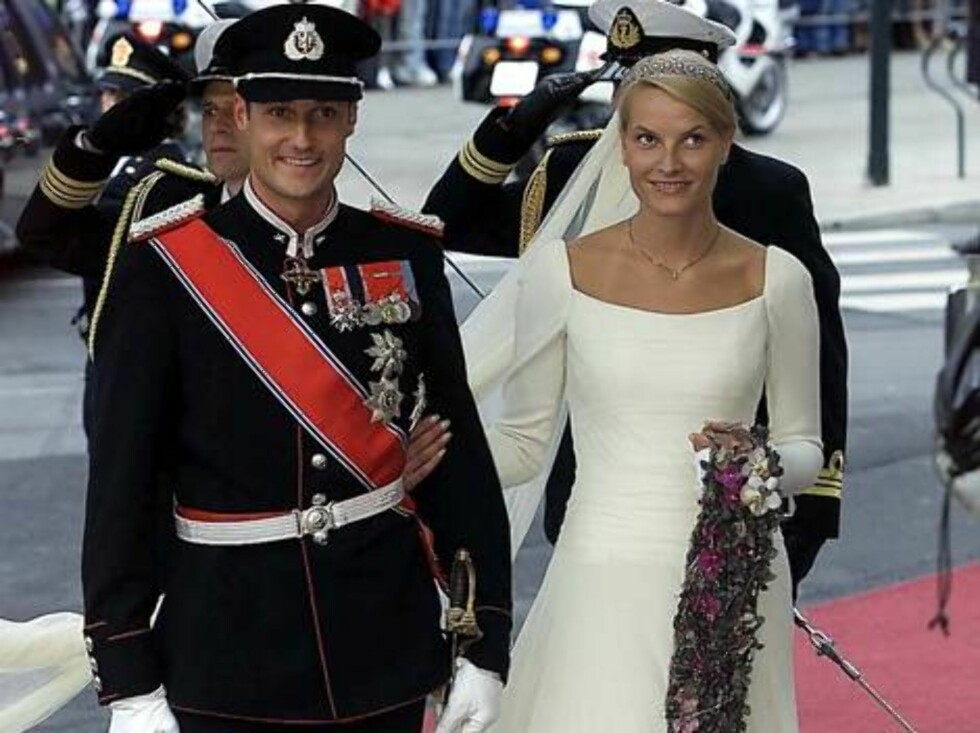 DOMKIRKE,OSLO-25.08.2001.  CROWNPRINCE HAAKON WITH HIS BRIDE METTE-MARIT.  Photo: AASTA BØRTE/nunn-syndication Code: 4008  COPYRIGHT STELLA PICTURES Foto: NUNN Syndication