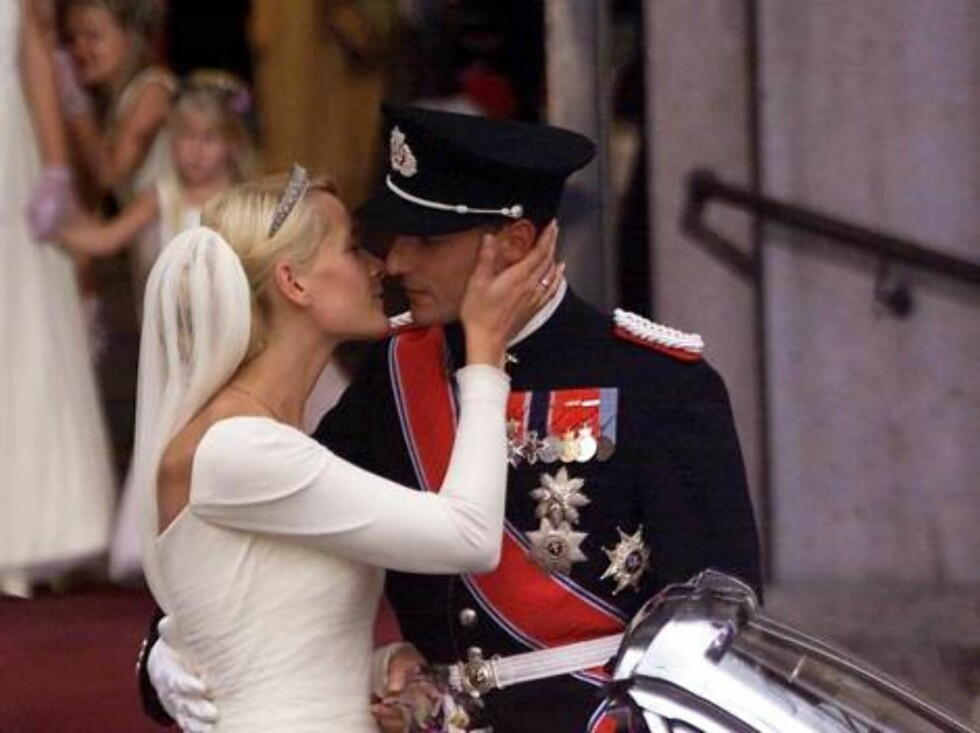 DOMKIRKE,OSLO, NORWAY-25.08.2001.  HAAKON AND METTE KISS AFTER THE WEDDING CEREMONY.  Photo: AASTA BØRTE/nunn-syndication Code: 4008  COPYRIGHT STELLA PICTURES Foto: NUNN Syndication