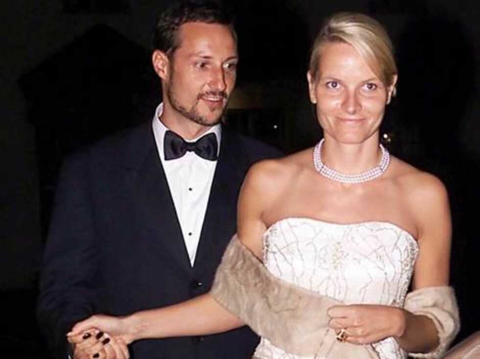 HAAKONSHALLEN BERGEN, 22.09.2001.  CROWN PRINCE HAAKON AND CROWN PRINCESS METTE-MARIT LEAVE  AFTER PRINCESS MARTHA LOUISE'S BIRTHDAY DINNER..  Photo: AASTA BØRTE/nunn-syndication Code: 4008  COPYRIGHT STELLA PICTURES Foto: NUNN Syndication
