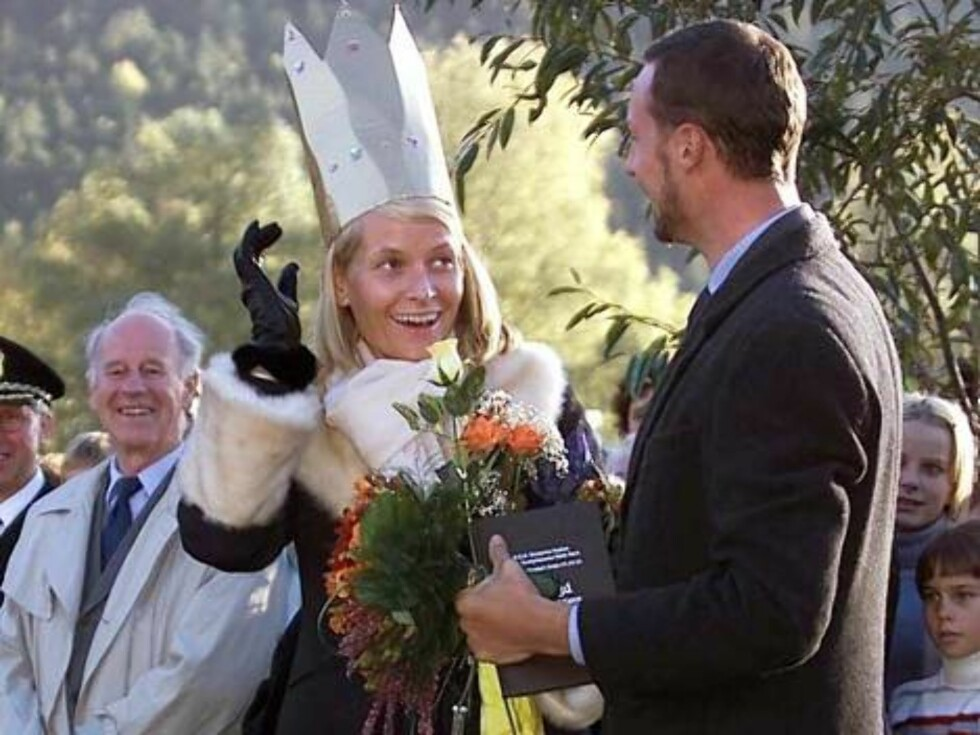 "KVAM NORWAY, 29.09.2001.  CROWN PRINCESS METTE-MARIT WAS ""CROWNED"" BY  KVAM'S  CHILDREN AND HUSBAND CROWN PRINCE HAAKON LOOKS ON.  Photo: AASTA BØRTE/nunn-syndication Code: 4008  COPYRIGHT STELLA PICTUR Foto: NUNN Syndication"