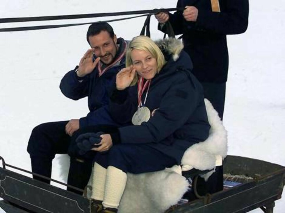 SERAL NORWAY, 17.03.2002.   CROWN PRINCE HAAKON AND CROWN PRINCESS METTE-MARIT GET A LIFT WITH THE LOCAL HORSE AND SLEDGE.  Photo: AASTA BØRTE/nunn-syndication Code: 4008  COPYRIGHT STELLA PICTURES Foto: NUNN Syndication