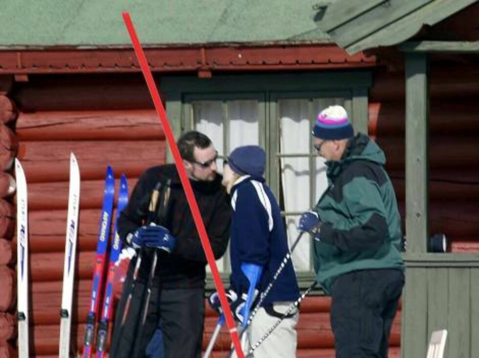 SIKKISDALEN NORWAY, 30.03.2002.  CROWN PRINCE HAAKON GETS A WELL DONE KISS FROM CROWN PRINCESS METTE-MARIT  AFTER HAVING COMPETED IN THE SLALOM FOR THE GROWN UPS IN SIKKISDALEN.  Photo: AASTA BØRTE/nunn-syndication Code: 4008  COPYRIGHT STELLA PICTURES Foto: NUNN Syndication