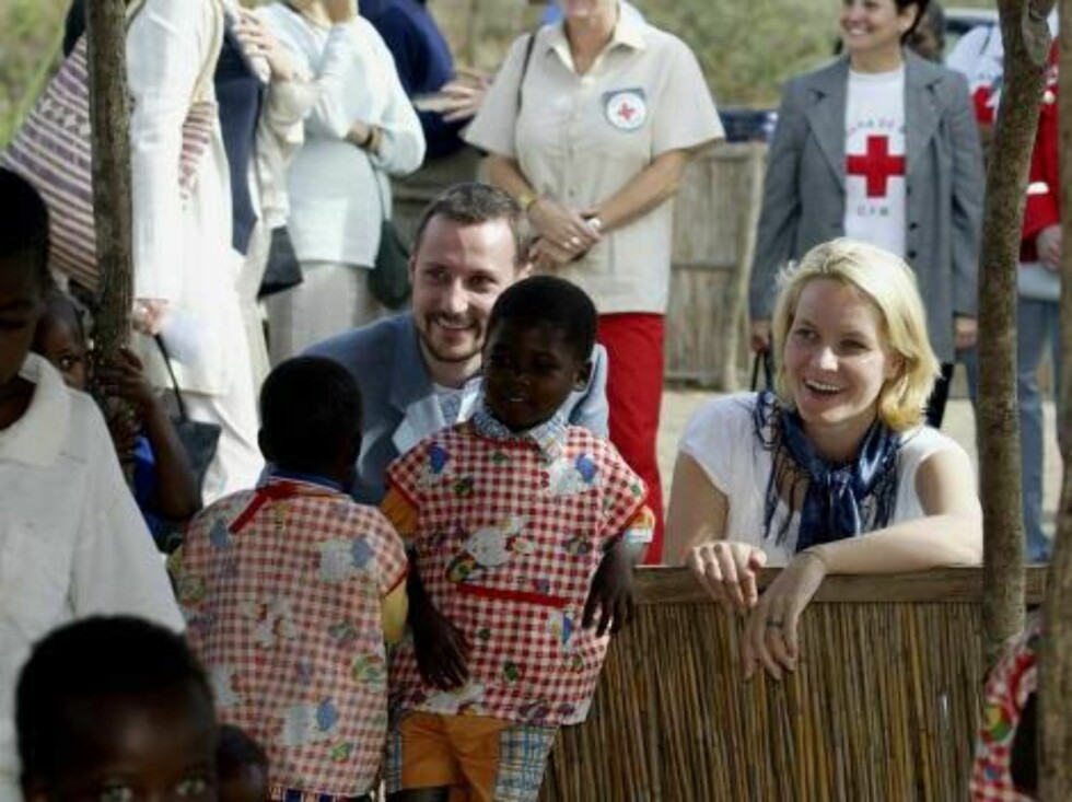 CATEMBE MOSAMBIQUE, 05.06.2002.  CROWN PRINCE HAAKON AND CROWN PRINCESS METTE-MARIT AT THE LOCAL RED CROSS KINDERGARTEN.  Photo: AASTA BØRTE/nunn-syndication Code: 4008  COPYRIGHT STELLA PICTURES Foto: NUNN Syndication