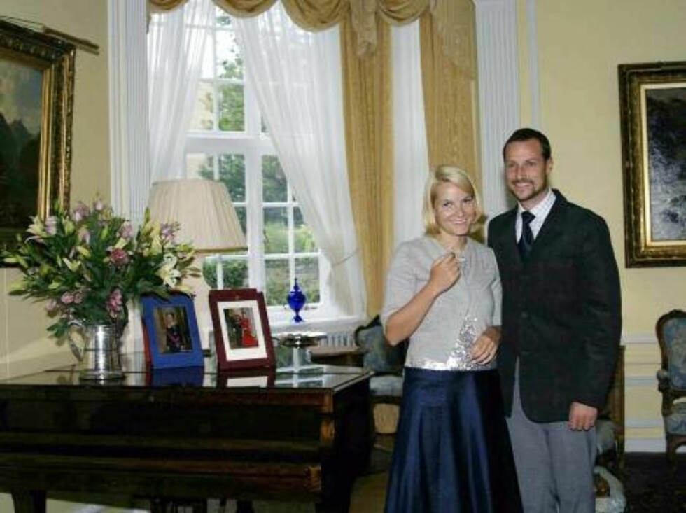 29.08.2002 - LONDON.  CROWN PRINCESS METTE-MARIT POSING AT THE NORWEGIAN AMBASSADORS RESIDENCE IN LONDON  Photo: AASTA BØRTE/nunn-syndication Code: 4008  COPYRIGHT STELLA PICTURES Foto: NUNN Syndication