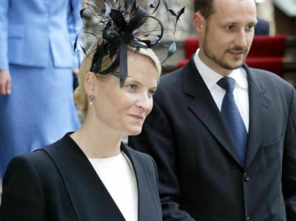 OSLO,NORWAY-02.07.2003.  CROWN PRINCE HAAKON AND CROWN PRINCESS METTE-MARIT LEAVE AKERSHUS CASTLE AFTER   CEREMONIES TO COMMEMORATE THE CENTARY OF THE BIRTH OF KING OLAV V  Photo: AASTA BØRTE/nunn-syndication Code: 4008  COPYRIGHT STELLA PICTURES Foto: NUNN Syndication
