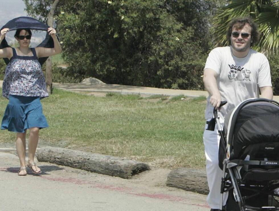 FULL FART: Pappa Jack liker å trille barnevogn. Kona Tanya er cellist og vant til å bære tunge ting.. Foto: All Over Press