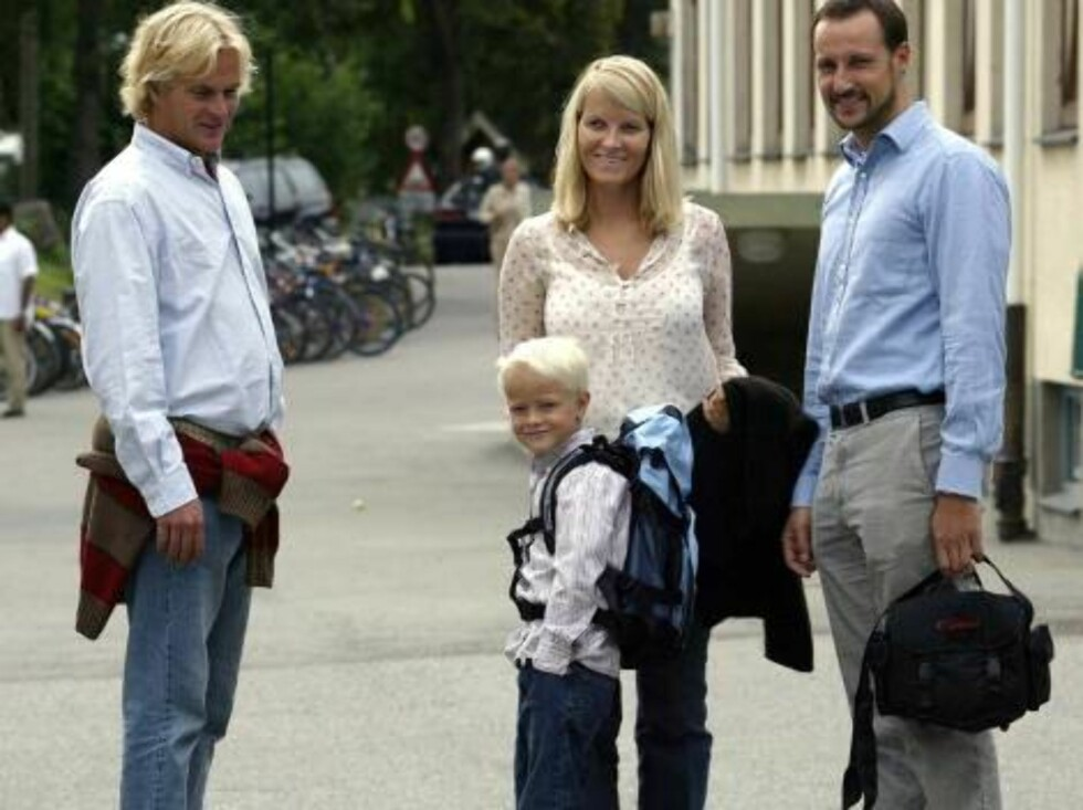 JANSLØKKA SCHOOL IN ASKER NORWAY, 18.08.2003.  MARIUS ARRIVES FOR HIS FIRST DAY AT SCHOOL WITH CROWN PRINCESS   METTE-MARIT, CROWN PRINCE HAAKON AND HIS FATHER MORTEN BORG AND MEETS THE HEAD TEACHER.  Photo: AASTA BØRTE/nunn-syndication Code: 4008  COPY Foto: NUNN Syndication