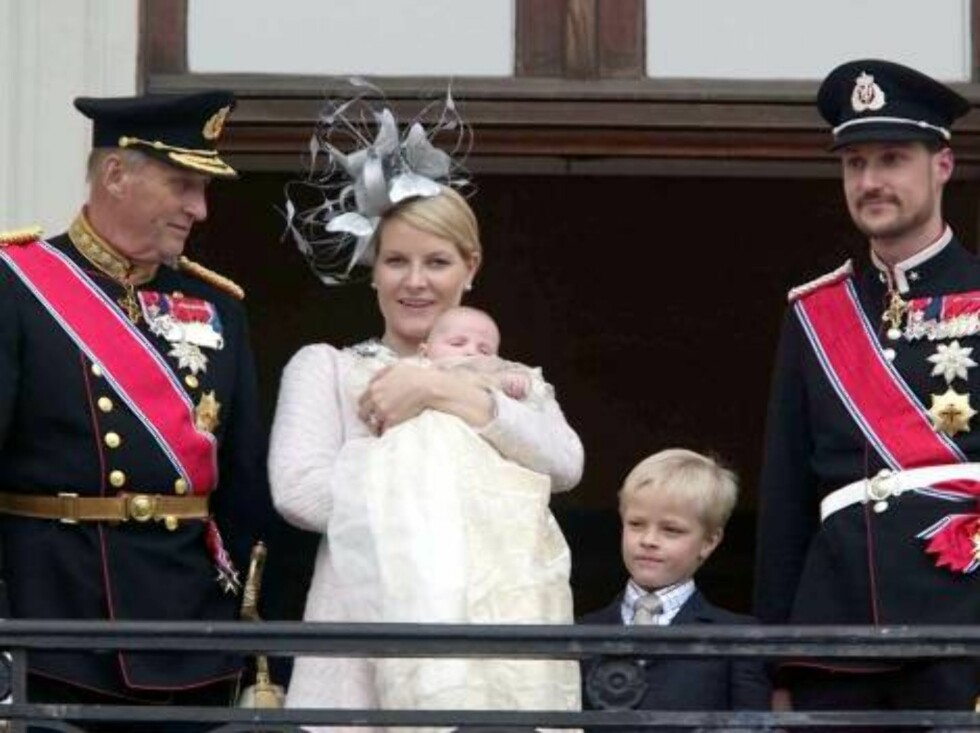 OSLO , NORWAY -17.04.2004  KING HARALD, CROWN PRINCESS METTE-MARIT,  PRINCESS INGRID ALEXANDRA,MARIUS, CROWN PRINCE HAAKON ON THE BALCONY OF THE  ROYAL PALACE AFTER THE CHRISTENING.  Photo: AASTA BØRTE/nunn-syndication Code: 4008  COPYRIGHT STELLA PICTUR Foto: NUNN Syndication