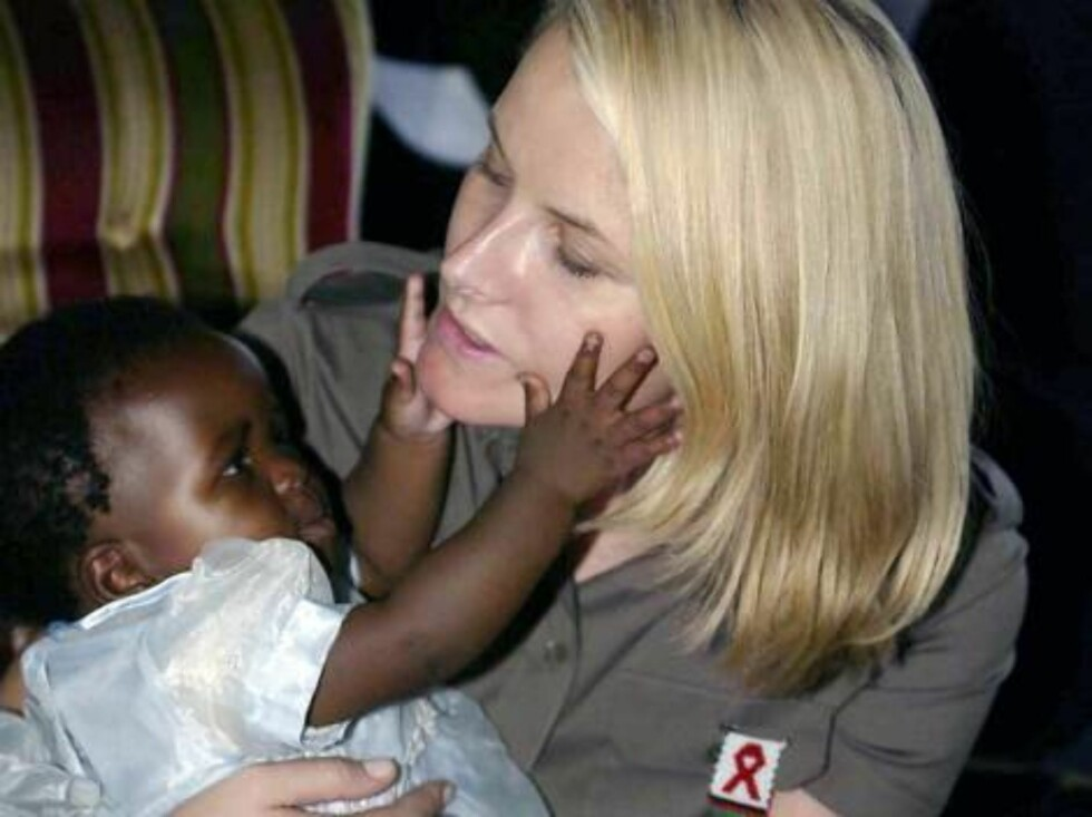 CHIRADZULU, MALAWI, 25.01.2005.  CROWN PRINCESS METTE-MARIT VISITS  CHIRADZULU DISTRICT HOPSITAL AND MEETS  7 MONTH OLD DEBORAH AND REPRESENTATIVES FROM MEDECINS SANS FRONTIERS, (MSF).  Photo: AASTA BØRTE/nunn-syndication Code: 4008  COPYRIGHT STELLA PIC Foto: NUNN Syndication