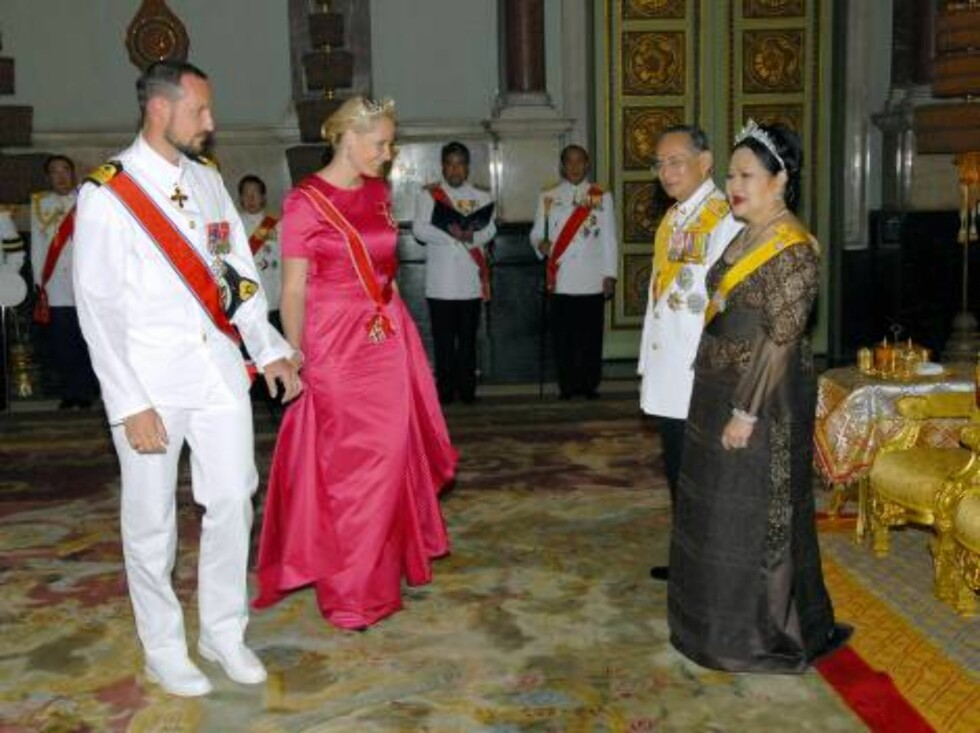 Thailand's King Bhumibol Adulyadej and Queen Sirikit (R) greet Crown Prince Haakon of Norway (L) and Princess Mette-Marit of Norway as they attend the Royal banquet at the Golden Palace on June 13, 2006 in Bangkok. The king of Thailand is marking the 60th Foto: Stella Pictures